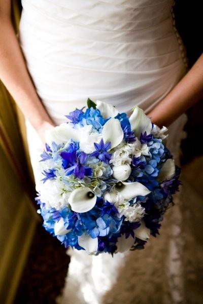 To create the bouquet we used white tulips light and dark blue hydrangea