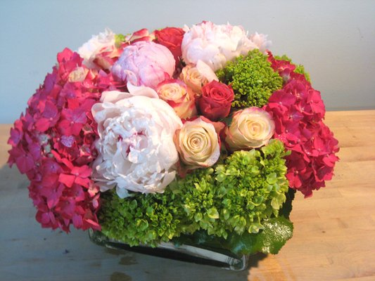 pink-green-hydrangearoses-peonies-centerpiece