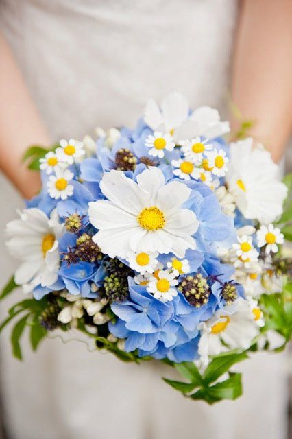 Rustic bouquet daisies and hydrangeas